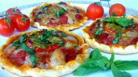 Mini pizza s mozzarellou, rajčaty a pestem