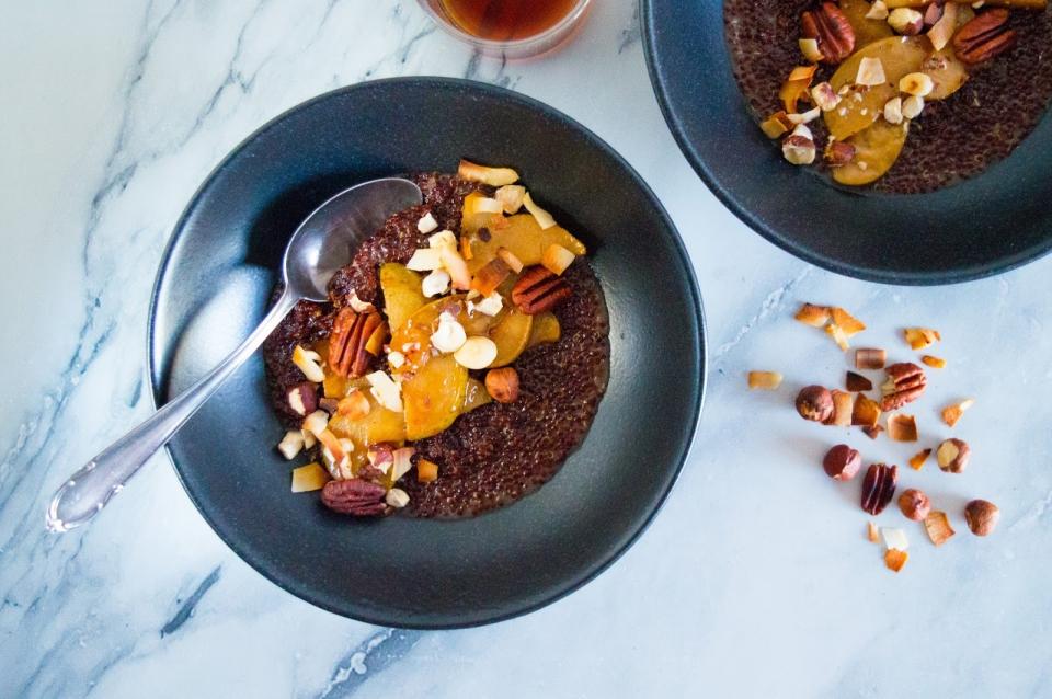 Podzimní quinoová kaše s dušenými hruškami a ořechy