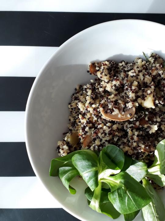 Quinoa s kuskusem, cuketou, žampiony a česnekem