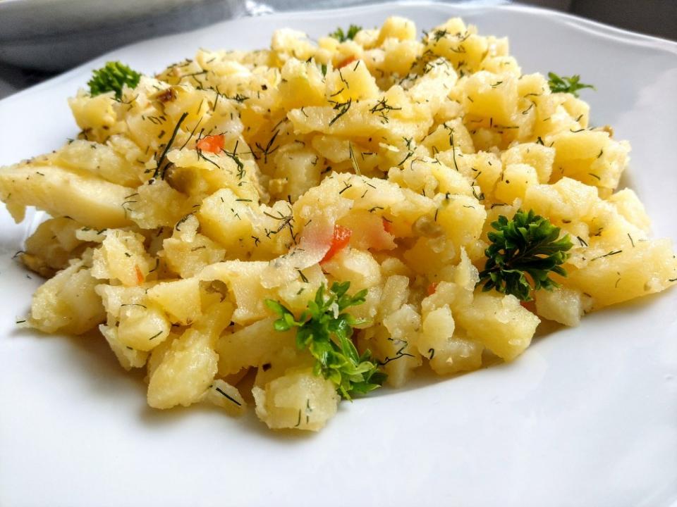 Lehký bramborový salát s olivami, okurkami a koprem