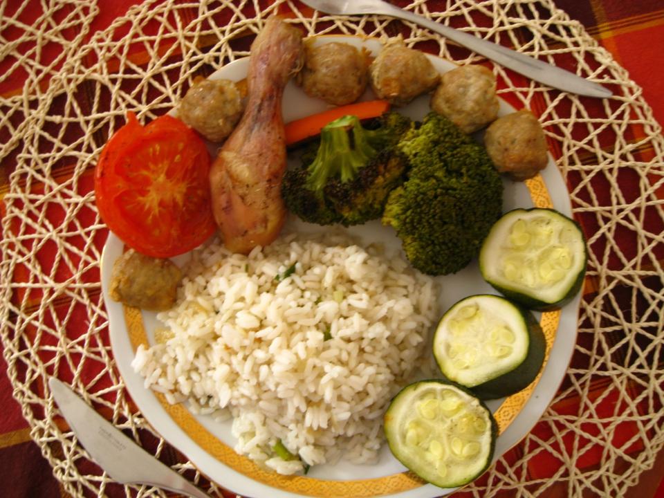 Pečené orientální masové koule a kuře